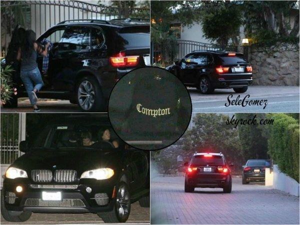11.07.15 - Selena et plusieurs de ses amies ont été vus se rendant au domicile de l'acteur Orlando Bloom, a Malibu.       Encore une fois, les photos ne sont pas super bonne qualité et il n'y en a pas beaucoup. Selena porte la casquette « Compton » .