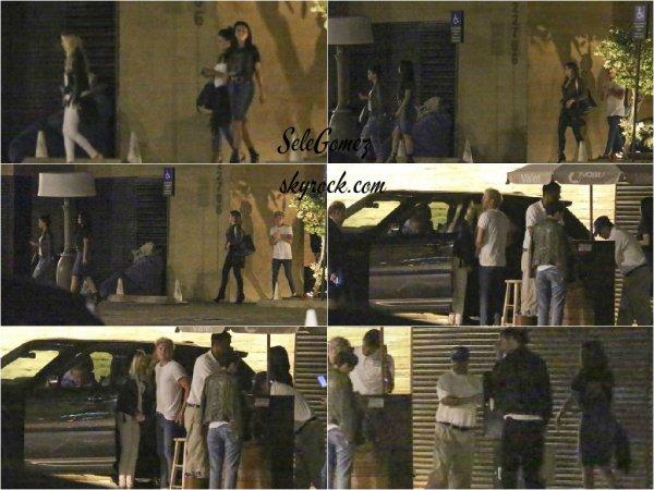 13.07.15 - Selena G. et ses amis, dont le chanteur Niall Horan, on été vu quittant le restaurant Nobu, a Malibu.     Les photos ne sont, une fois de plus, pas de bonne qualité.. - Je suis très contente que S. ai passé du temps en compagnie de Niall H.