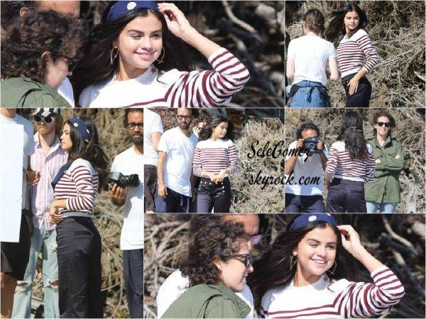 14.07.15 - La chanteuse et actrice Selena Gomez était sur le set d'un photoshoot, a Malibu.     Selena est tout en beauté pour ce photoshoot ! J'ai hâte de voir le rendu et les clichés. Et vous ?