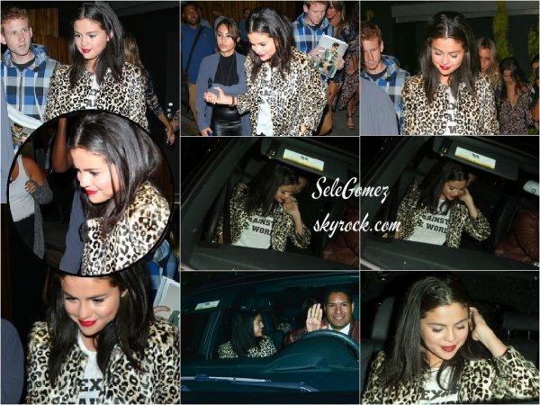 18.07.15 - Dans la soirée, Selena a été aperçue arrivant au restaurant The Nice Guy, a Los Angeles.    Plus tard, elle a été vue quittant ce même restaurant au bras d'une amie. - La tenue de Sely est toute belle, surtout sur elle. Top/Flop ?