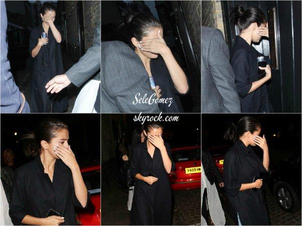 27.07.15 - Selena, toujours accompagnée de ses amies, étaient au Chiltern Firehouse, a Londres.       S. semble être une accro des long manteaux en ce moment ! Je lui accorde un gros Top. Et pour vous, c'est un Top ou un Flop ?
