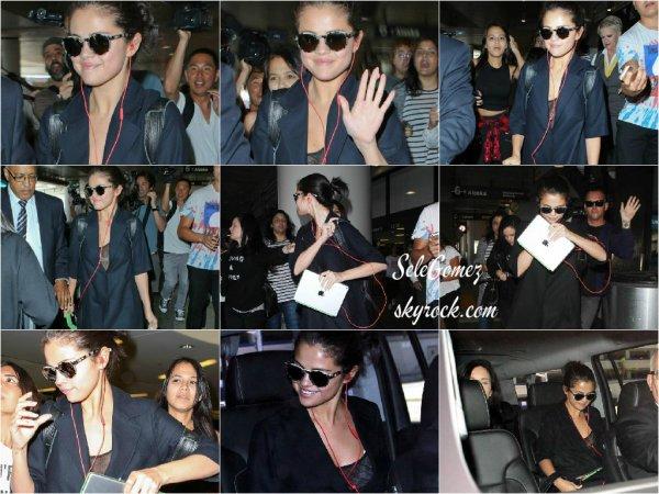 28.07.15 - Selena Gomez et Ashley C. ont été vues se rendant a l'aéroport de la capitale Anglaise.     Le séjour de Selena est bel et bien finit ! - La chanteuse ne s'est pas changé durant le vol, puisque lorsqu'elle est arrivé a L.A. , elle arborée la même tenue.