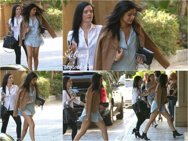 31.07.15 - En ce dernier jour du mois de Juillet, Selena G. et Ashley C. ont été aperçues se rendant au Saks Fifth Avenue, a Beverly Hills.     La tenue de Selena est simple mais magnifique. Je pense néanmoins qu'un pantalon ou un short visible en plus aurait été bien. Quel est votre avis ?