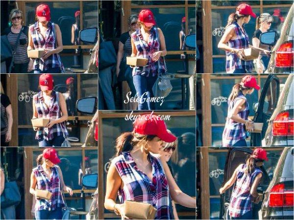 10.08.15 - Aujourd'hui, c'est une Selena Gomez très en forme que nous retrouvons a la sortie d'un restaurant, a Calabasas.     Aurait-elle acheté un gâteau d'anniversaire pour son ancienne BFF  Kylie Jenner ? - Niveau tenue, Selena aborde une superbe tenue ! C'est un Top pour elle.