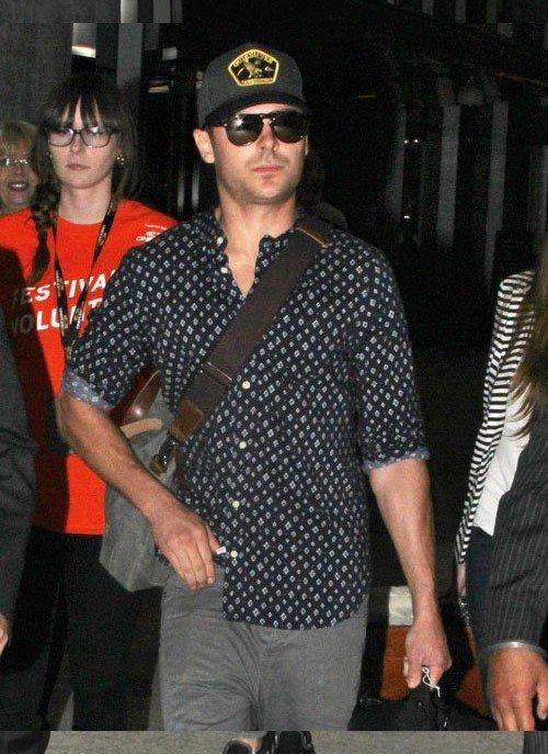 Zac Efron arrivant à l'aéroport de Toronto