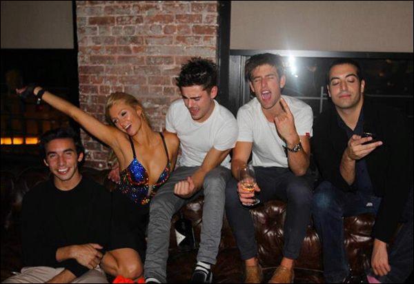 Zac Efron est à New York est en a profité pour faire la fête avec ses copains et Paris Hilton