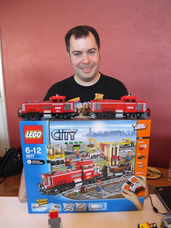 Fanabriques 2011: invité de marque, Pierre Normandin (Designer Lego et AFOL) nous a présenté le dernier train de marchandise qui sortira en septembre ! Boite qui a été vendu aux enchères et dont notre ami Manu de Fanabriques l'a remporté pour la somme de 250euros
