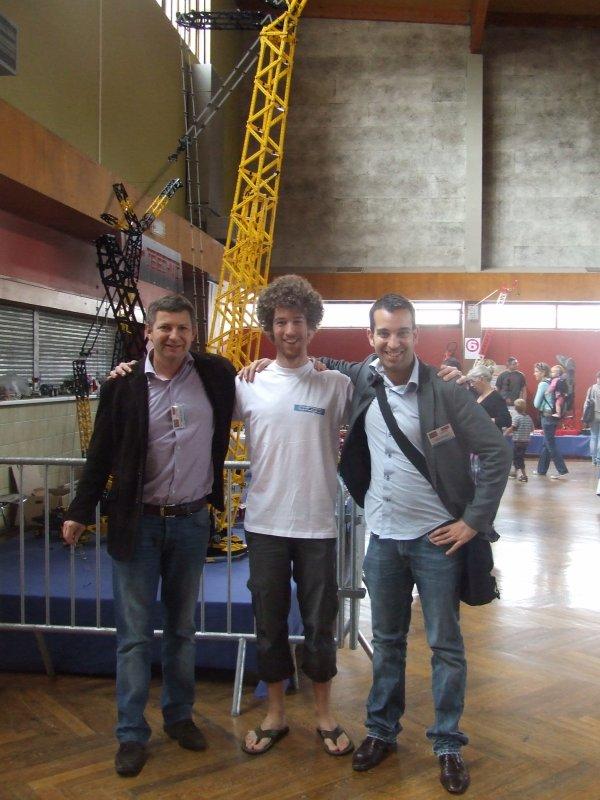 Fanabriques 2011: Bastien membre de Festi'briques a pu donc finir son projet d'étudiant (la grue, sponsorisé par Lego France) sous le regard bienveillant des représentants de Lego France: M.Maugein (Directeur général) et M.Gonçalves (Responsable du Lego Club)