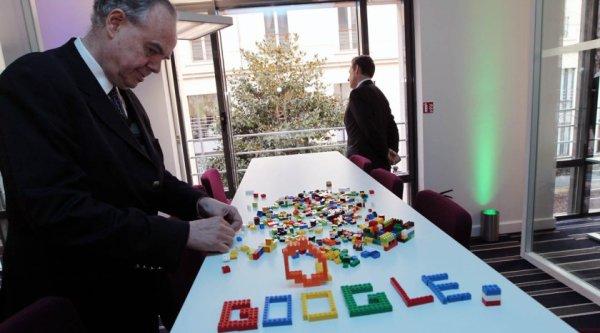 Quand le chef de l'état  français et son ministre de la culture jouent avec des briques Lego !
