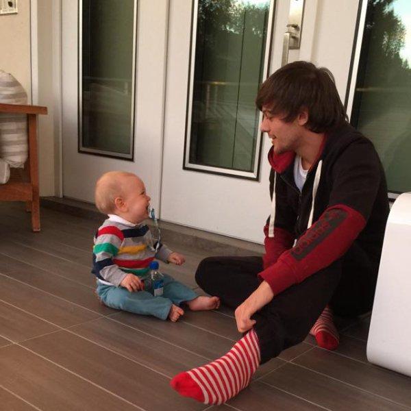 Johannah a posté cette photo de Louis sur Twitter. Lou a posté cette photo sur instagram. Lottie a posté cette photo sur instragram.