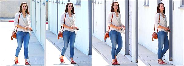 20/08/16 :Lana Del Rey a été aperçue sortant du fast-food Western Bagel dans la ville de Los Angeles - Etats-Unis. J'aime beaucoup la tenue de Lana, ses cheveux sont sublimes. Le lendemain, elle quittait un studio de musique dans Santa Monica !