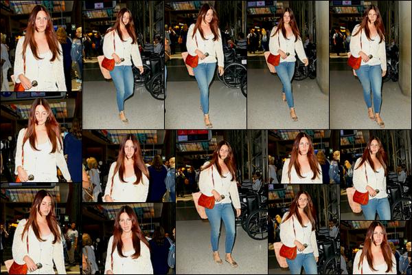 07/07/16 :Lana Del Rey a été aperçue seule à l'aéroport de Lax dans la ville de Los Angeles se rendant en Belgique. Tenue simple pour Lana D-R ce jour-ci, la belle se rends en Belgique dans le cadre d'un concert.. Que pensez-vous de cette tenue ?