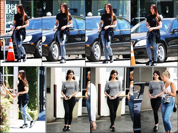 19/05/17 :Lana Del Rey a fait un petit passage par le magasin de Stella McCartney dans Beverly Hills, en Californie. Avant hier, notre belle chanteuse a été vue en compagnie de son amie et assistante Stella dans les rues de Beverly Hills. C'est un top