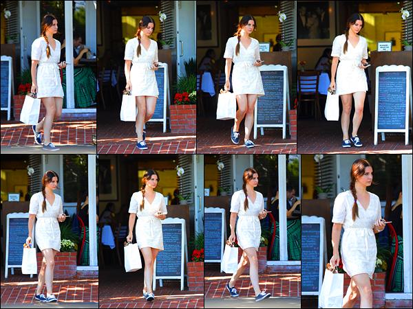 23/05/17 :La belle Lana Del Rey a été acheté son déjeuner chez Mauro Cafe situé dans West Hollywood, Californie. Lana sort pas mal ces temps-ci, ça fait plaisir. Côté tenue, elle portait une robe blanche estivale et des baskets.. Qu'en pensez-vous ?