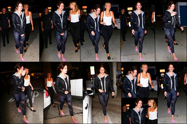 13/06/17 :Notre Lana Del Rey a été dinée au restaurant Craig's avec une très bonne amie situé dans West Hollywood. Je ne suis pas très fan de cette tenue, c'est quoi ce legging ? On va même pas parler des chaussures. Pour ma part c'est un gros flop...