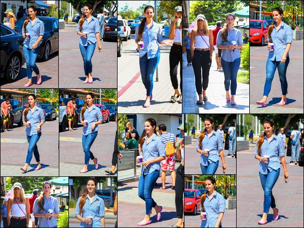 04/07/17 :Lana Del Rey a fait un court passage au bar Sunlife Organics Juice avec son amie Stella situé Malibu, CA. J'aime bien la chemise de miss Del Rey qui avait un grand sourire, ça fait vraiment plaisir de la voir ainsi. pour cette tenue, un top !
