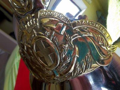 AMI COLLECTIONNEUR   INCROYABLE MAIS VRAI ECHANGE CASQUE DU BATAILLON DE MARINS POMPIERS DE MARSEILLE TRES TRES BON ETAT CONTRE ECUSSONS POMPIERS FRANCAIS SDIS CSP CPI JSP ETC