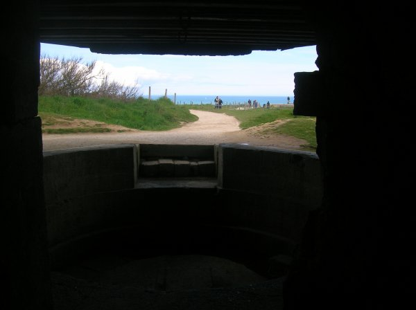 BUNKERS SUR LA POINTE DU HOC,SES BATTERIES CONTRE MER ET AA ON SUBIT LE BOMBARDEMENT DE 1000 AVIONS ET LE FEU DE LA MARINE ALLIéE,TOUT LES CALIBRES SONT TOMBé DESSUS,DU 20 mm AU 406 mm DE UNE TONNE !