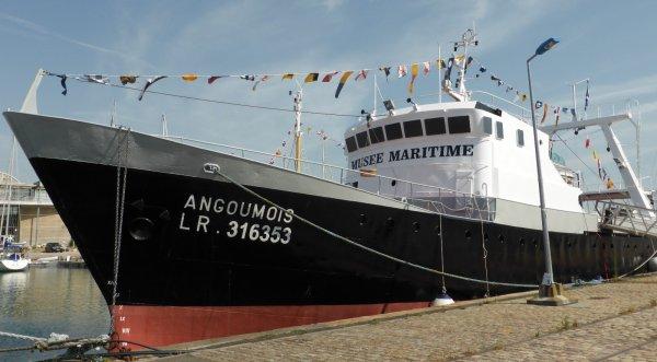 """CHALUTIER PECHE ARRIERE """" ANGOUMOIS """" L'Angoumois, chalutier pêche arrière de 38 m a été construit à Dieppe en 1969 pour l'ARPV, Association Rochelaise de Pêche à Vapeur. Suite au plan de réduction de la flotte de pêche (Plan Mellick), il est désarmé en 1991 pour être offert la même année au Musée Maritime de La Rochelle par sa société d'armement, la SARMA. Le Musée rochelais le fait classer au titre de Monument Historique en 1993"""