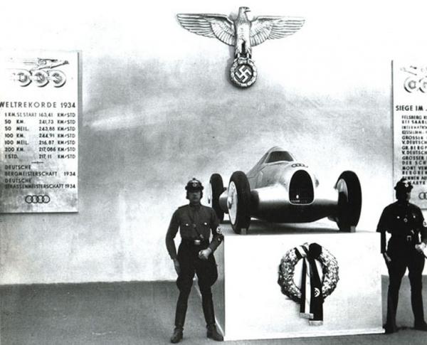 CHANGEMENT D EPOQUE ET DE REGISTRE AVEC LE SALON DE BERLIN EN1934 SUR LE STAND AUTO-UNION...  (AUDI)