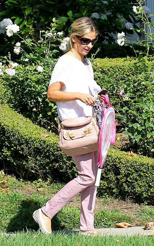 Sarah déposant Charlotte à des cours de Tennis !