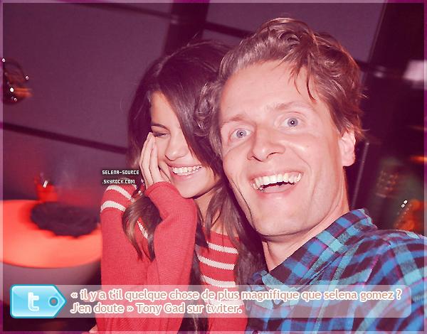 -Candid- Selena et son copain Justin, ont été vu ensemble , main dans la main ,  faisant du shopping -Candid''-au Berverly Center, hier dans l'après-midi , si c'est pas mignon ! Côté tenue , j'adore , C'est -Candid''-un grand TOP : le seul hic les ballerines mais bon , j'adore son slim et sa veste en cuire , et -Candid''-je surkiff son bonnet / écharpe !  Votre avis ?