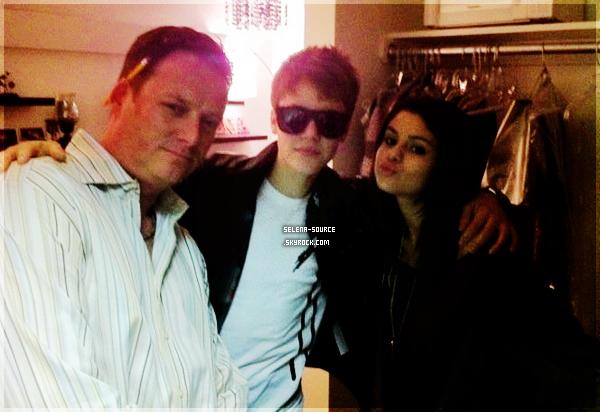 -Photo- Justin Bieber est récemment allé rendre visite à Selena, sur le tournage des Sorciers de Waverly -Photo''-Place juste avant de partir pour Londres , si c'ets pas mignon.  Votre avis ?