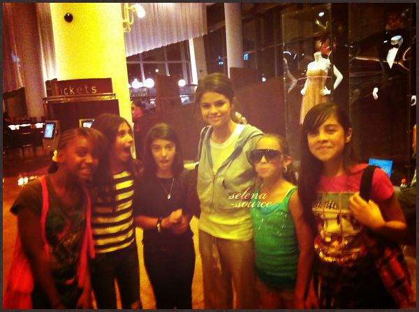 """-Divers- Selena va bien et n'est pas morte ! Au contraire elle est bien vivante vu qu'elle a été aperçue -""""Divers_par des fans le 16 avril au cinéma pour regarder le film Scream 4 ! Bon ne regardons pas trop -""""Divers_la tenue car même moi quand je vais au ciné je m'habille bien !  Votre avis ?"""
