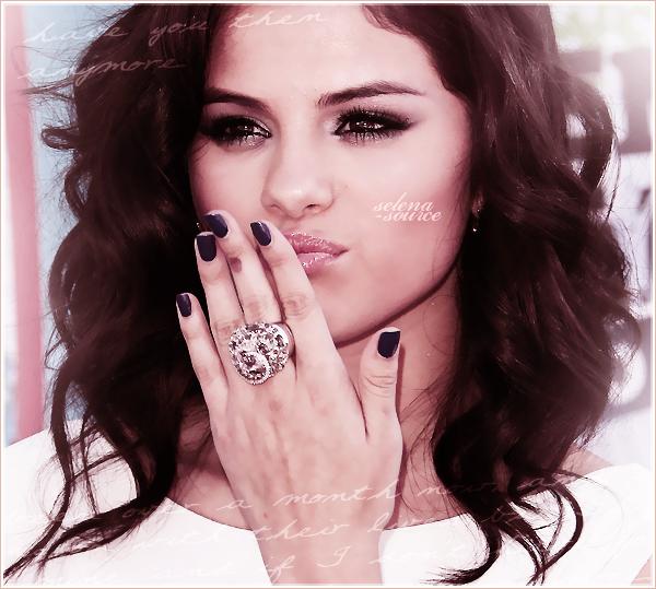 """-Event- Pas de News de Selly donc vous avez le droit à un flashback ! C'est le 8 août 2010 que notre -""""Event_belle Selena s'était rendue aux Teen Choice awards de 2010 ! Côté tenue : ouah Selena est -""""Event_vraiment jolie mais j'aime pas trop la robe. Elle est belle de dérrière mais de devant c'est pas -""""Event_trop ça ! Donc je dirais un BOF.  Votre avis ?"""