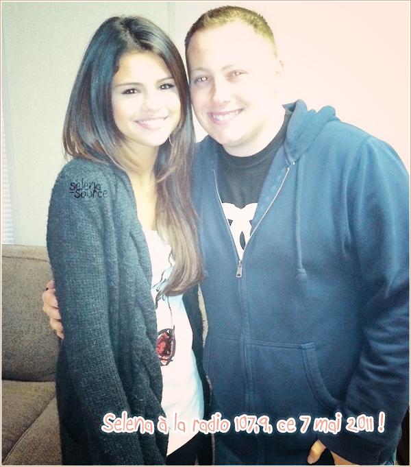 """-Concert- Hier le 7 mai Selena et son groupe , ont donnés un concert au May Fair Dixon à Dixon, en  -""""Concert_Californie ! Côté tenue : Tout ça est très moche, un FLOP !  Votre avis ?"""