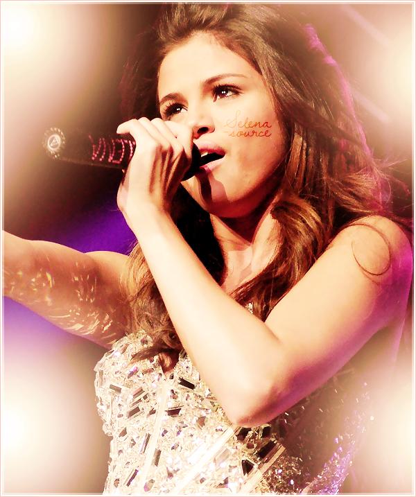 """-Concert- Le 14 mai 2011, Selena est apparue dans le concert Wango Tango 2011 de la station de -""""Concert_radio Kiss FM 102,7 à Los Angeles, en Californie. Elle a chanté plusieurs chansons dont -""""Concert_Who Says , Naturally et Round & Round ! Côté tenue : J'aime pas trop en plus c'est du -""""Concert_déjà vu, un FLOP.  Votre avis ?"""