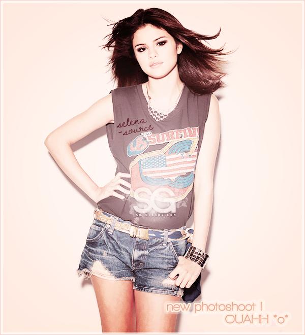 """-Candids- De nouveaux candids de Jelena sont apparus ! Ils datent du 26 mai 2011 à la plage de Maui -""""Candids_à Hawaii ! A en juger les photos , Justin et Selena ont l'air d'avoir passer un super -""""Candids_moment en amoureux ! (l) Côté tenue : J'aime pas trop le maillot de bain de Selena -""""Candids_mais j'aime l'espèce de pull qu'elle met par dessus ! Un BOF !   Votre avis ?"""