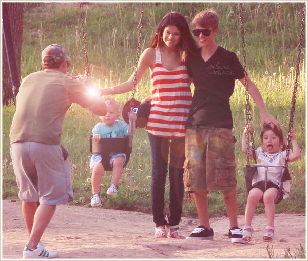 """-Candids- Hier , le 1 juin 2011, Selena a rendu visite au parents de son petit-ami Justin Bieber , à -""""Candids_Torronto au Canada. Puis les deux amoureux ont étés vus plus tard faisant du Shopping ! -""""Candids_Côté tenue : j'aime bien ses chaussures , son haut et bien sûr son jean : un TOP pour la -""""Candids_Gomez !  Votre avis ?"""