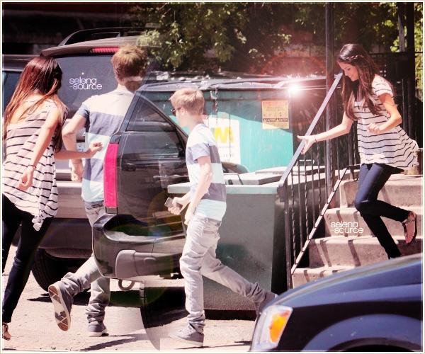 """-Candids- Le 2 juin 2011 , Selena toujours en compagnie de Justin Bieber a été vue quittant le -""""Candids'_domicile familliale de celui-ci. Côté tenue : c'est assez simple , j'aime pas son haut mais -""""Candids_ j'aime le reste même si c'est pas trop mon style (;  Votre avis ?"""
