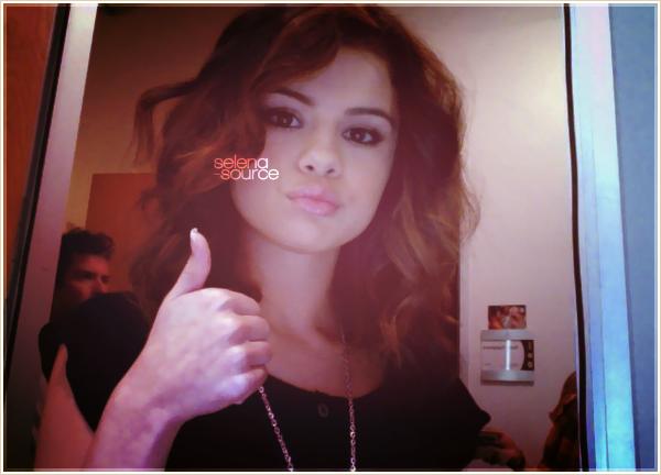 """-Candids- Il y a deux jours , soit le 3 juin 2011 , Selena et la famille de Justin ont étés dans les -""""Candids'_tribunes pour applaudir leurs beau Justin à Stratford, au Canada. Côté tenue : c'est simple, -""""Candids'_un jean plus un t-shirt lose muni d'une écharpe et ballerines, un TOP.  Votre avis ?"""