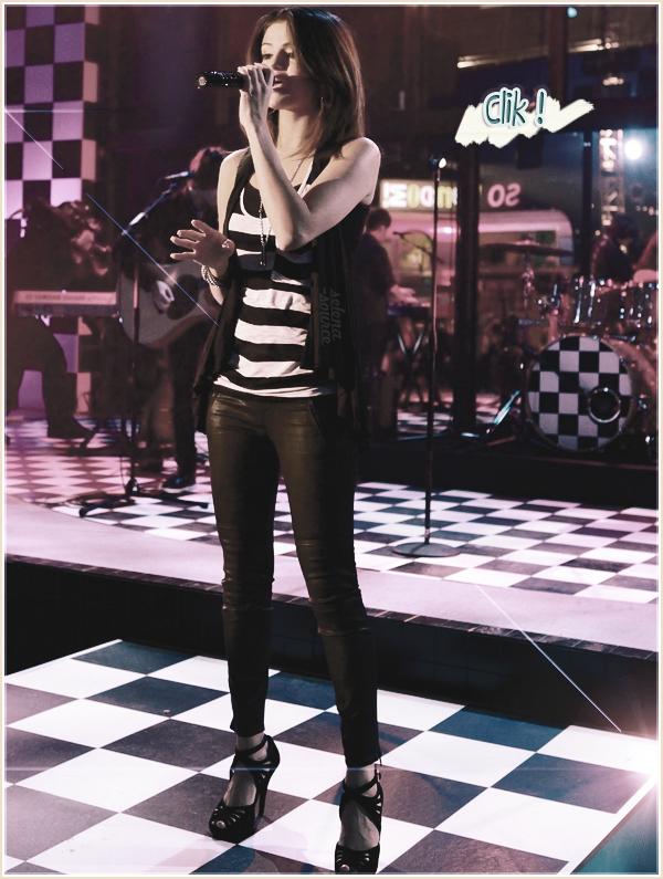 """-Event- Selena s'est rendu le 13 juin à Santa Monica pour débuter la tournée promotionnelle de -""""Event'_son nouveau film """"Monte Carlo"""" qui sort le 24 août en France. Elle y a chanté """"Who Says"""" et """"A -""""Event'_Year Without Rain"""". Côté tenue : J'aime beaucoup ! Le t-shirt loose avec un petit short noir -""""Event'_et des chaussures ouvertes belles elles-aussi , un TOP ! Votre avis ?"""