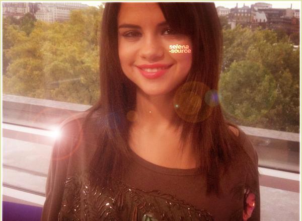 -Candids- le 6 juillet 2011, Selena a été vue quittant son hôtel toujours à Londres. Côté tenue : -Candids_-j'aime beaucoup ses lunettes et son pantalon, ses chaussures sont magnifiques ainsi que -Candids_-son top. Un big TOP !  Votre avis ?