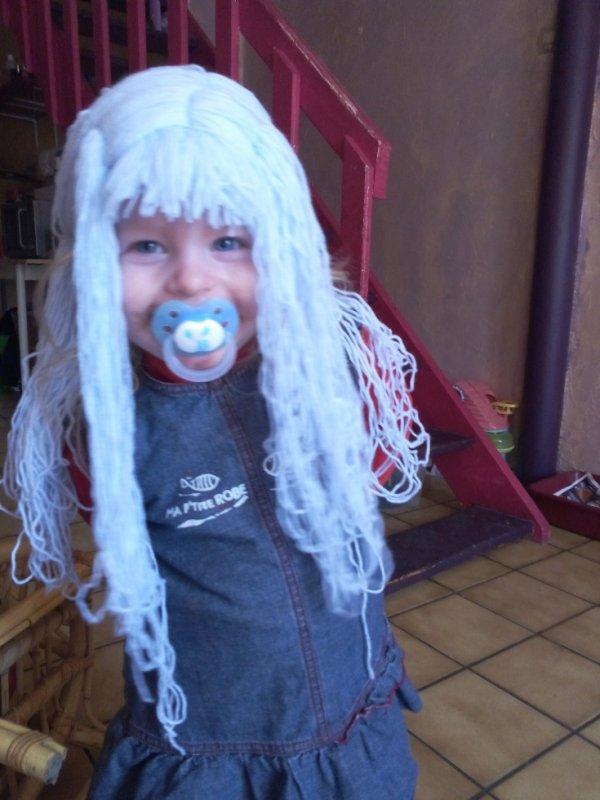 perruque enfant en laine en cour