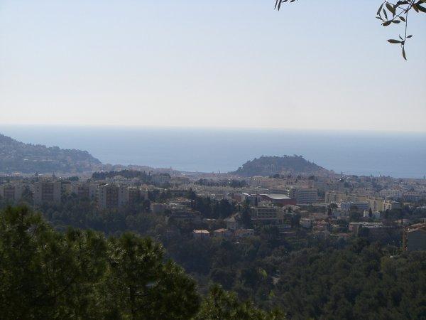 """Au loin la """"Colline du Château"""" autre lieu historique de la ville de Nice avec Cimiez"""