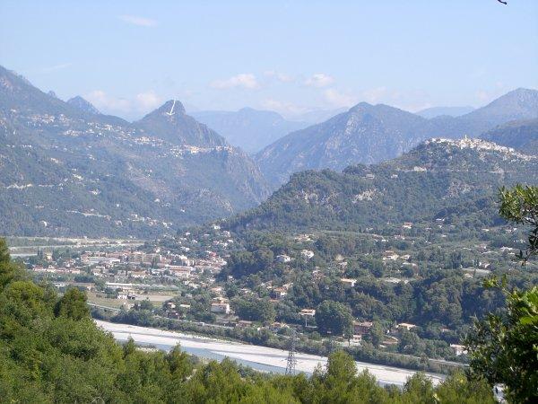Ce sentier qui débute place du Puy, réalise une boucle autour de Carros village