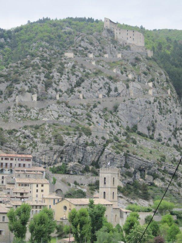 Le village est construit entre la montagne et la rivière Var