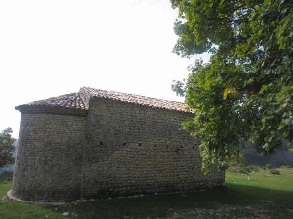 A l'ombre de la chapelle