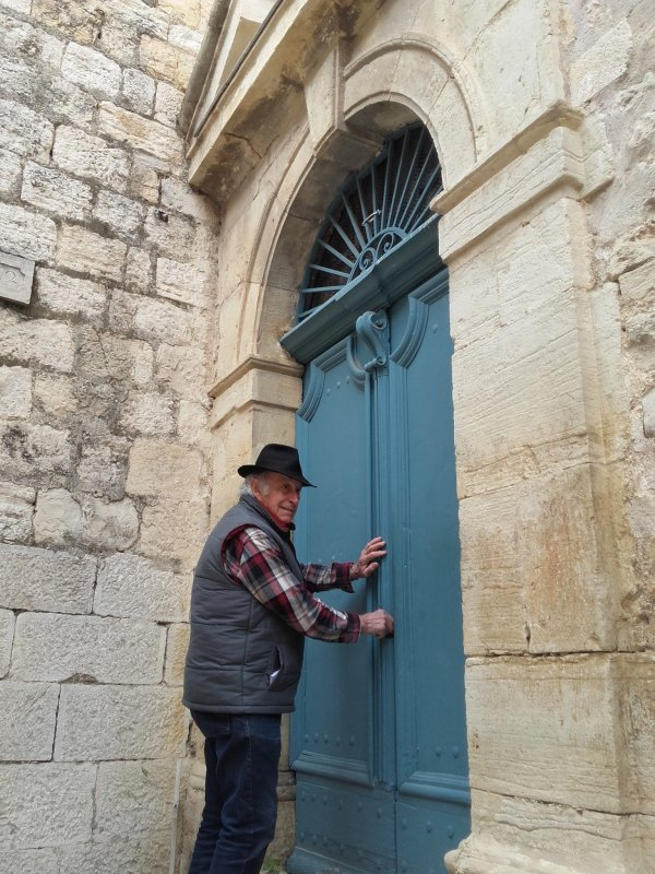 Châteauneuf, un village à découvrir. Les messieux vont être ravis, aucune boutique pour distraire les dames !