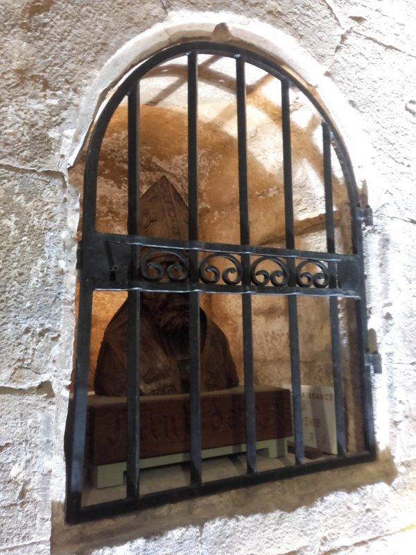 Près de l'église Saint-Denis, située à l'écart du village