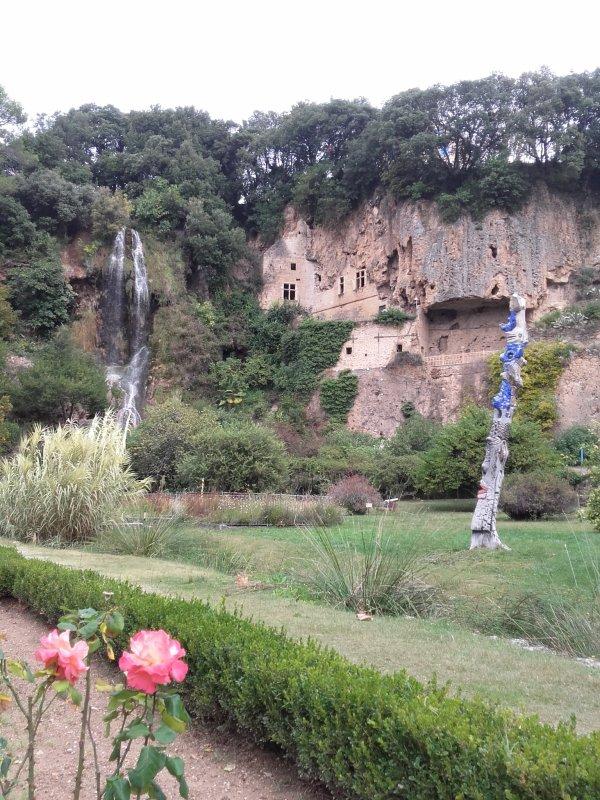 Les grottes fortifiées surplombent le parc municipal