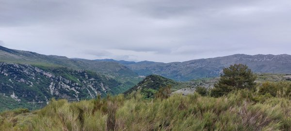 Panorama, vue sur les villages de Gourdon à gauche, Courmes et Cipières à droite