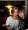 """18/09/10Demi a participé à l'anniversaire de Nick Jonas (le benjamin des Jonas Borthers) qui a maintenant 18 ans . Désolé pour l'erreur, en fait la photo est prise à la sortie d'un restaurant """" Jerry's Famous Deli """" .Voici une photo de Demi avec une fan . ."""