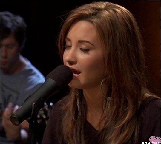 """20/09/10Demi Lovato fait un concert privée d'acoustic sur Cambio où elle chante toutes les chansons de son 1er album """" Don't Forget """", on retrouvera donc : """" Lalaland """", """" Get Back """", """" Don't Forget """", """" Remember December """" et bien d'autres ... Pour voir la vidéo c'est ICI. que ça se passe ."""
