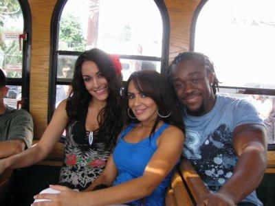 Une des 2 Soeur Bella , Layla et Kofi Kingston