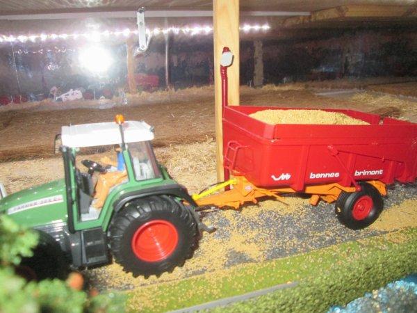 le tracteur avec la benne de grain